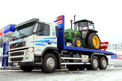 LKW Volvos FM 370 und John Deere-Traktor 1640 als Fracht Stockfotografie