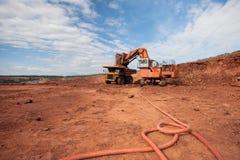 LKW wird mit Erz an einem Bergwerkstandort geladen lizenzfreie stockfotos