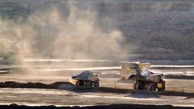 LKWas, die in einer Grube arbeiten stockfoto