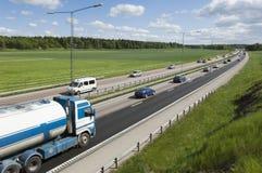 LKWas und Autos auf Datenbahn lizenzfreie stockfotos