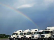 LKWas unter einem Regenbogen Stockbild