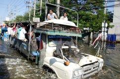LKWas zu den Flüchtlingen vom Bereich überschwemmt. stockbild