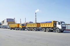 LKWs auf dem Hintergrund einer Chemiefabrik in Gomel, Weißrussland Lizenzfreie Stockfotos