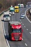LKWs auf der Autobahn Stockfotos