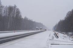 LKWs auf der Autobahn in einem Blizzard Lizenzfreie Stockfotografie
