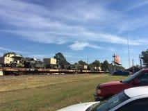 LKWs der AMERIKANISCHEN Armee auf der Eisenbahn, die durch Schiene transportiert wird stockfoto