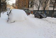 LKWs, die Schnee von den Straßen nach Blizzard säubern Stockfotos