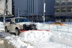 LKWs, die Schnee von den Straßen nach Blizzard säubern Stockfotografie