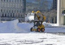 LKWs, die Schnee von den Straßen nach Blizzard säubern Stockbilder