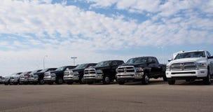 LKWs für Verkauf am Autohaus Lizenzfreie Stockfotos