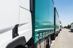 LKWs geparkt auf einer Straße lizenzfreies stockbild