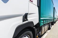 LKWs geparkt auf einer Straße stockfoto
