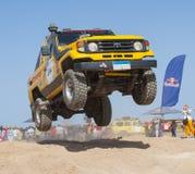LKWs nicht für den Straßenverkehr, die in einer Wüstensammlung konkurrieren Lizenzfreies Stockfoto