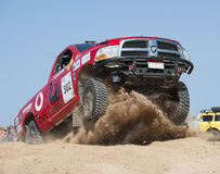 LKWs nicht für den Straßenverkehr, die in einer Wüstensammlung konkurrieren Stockfoto