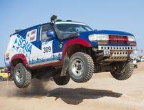 LKWs nicht für den Straßenverkehr, die in einer Wüstensammlung konkurrieren Stockfotografie