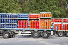 LKWs parkten auf einer Straßenlast von Propangasbehältern Stockbild