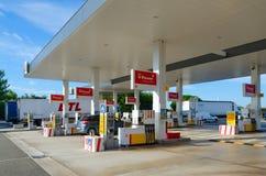 LKWs und Automobile auf Tankstelle mit Geschäft, Restaurant in Frankreich lizenzfreies stockfoto