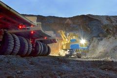 LKWs und ein Bergbaubagger Lizenzfreies Stockfoto