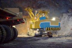 LKWs und ein Bergbaubagger Lizenzfreies Stockbild