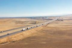 LKWs und eine zwischenstaatliche Autobahn Stockfoto