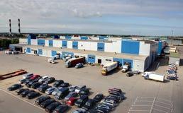 LKWs werden an einem großen Lager, an einer Draufsicht des Lagers und an einem Parkbe- und entladung geladen und entladen. Lizenzfreies Stockfoto