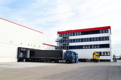 LKWs werden mit Waren am Depot in einer Reederei geladen Lizenzfreies Stockfoto