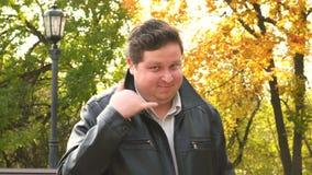 Llámeme gesto del hombre gordo joven, éntrenos en contacto con metrajes