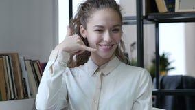 Llámeme gesto, mujer del servicio de atención al cliente, interior, joven,