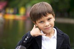 Llámeme, Little Boy que me hace una llamada gesto Foto de archivo libre de regalías