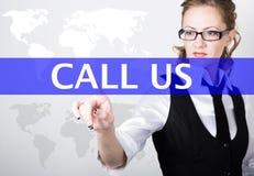 Llámenos escritos en barra de la búsqueda en la pantalla virtual Tecnologías de Internet en negocio y hogar mujer en traje de neg Imagen de archivo libre de regalías