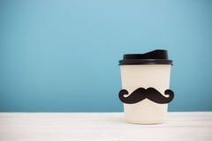 Llévese la taza de café con el bigote del inconformista Imágenes de archivo libres de regalías