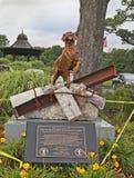 9/ll het standbeeld eert Onderzoek en Reddingshonden Stock Foto's
