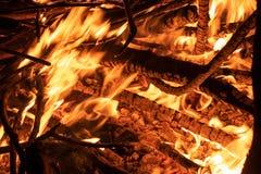 Llama ardiendo de madera y del fuego imagen de archivo libre de regalías