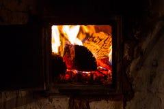 Llama ardiente de un horno en un pueblo ruso foto de archivo