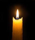 Llama brillante de una vela en la oscuridad Imágenes de archivo libres de regalías