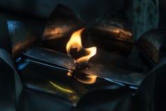 Llama de la lámpara de aceite en oscuridad Imagen de archivo