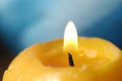 Llama de la luz de una vela Imagen de archivo libre de regalías