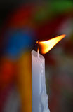 Llama de la vela de fusión blanca en templo o iglesia Foto de archivo libre de regalías