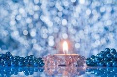 Llama de la vela y de las decoraciones de la Navidad en el boke del fondo Fotografía de archivo libre de regalías
