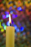 Llama de vela con el fondo colorido Imagenes de archivo