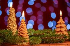Llama de vela del árbol de navidad en fondo de la falta de definición Foto de archivo