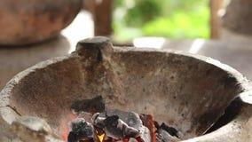 Llama del calor sobre estufa tradicional tailandesa del carbón de leña del fuego almacen de video