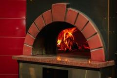Llama del fuego en un horno tradicional de la pizza Imágenes de archivo libres de regalías
