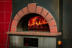 Llama del fuego en un horno tradicional de la pizza Foto de archivo