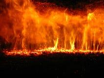 Llama en una caldera con carbón Imagen de archivo