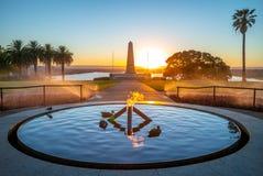 Llama eterna con el monumento de guerra del estado en Perth foto de archivo