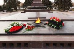 Llama eterna del monumento En el cuadrado de los combatientes caidos imagen de archivo