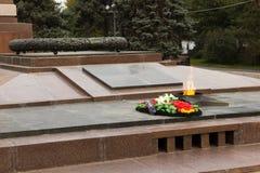 Llama eterna del monumento En el cuadrado de los combatientes caidos imagenes de archivo