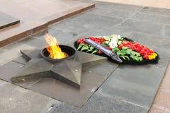 Llama eterna del monumento En el cuadrado de los combatientes caidos fotografía de archivo