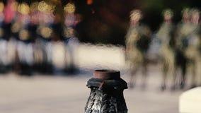 Llama eterna para los héroes en el monumento en la memoria del fa metrajes